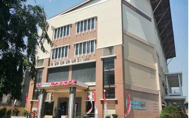 Gelanggang Olahraga (GOR) Tambora menjadi lokasi isolasi mandiri bagi belasan warga dengan kasus konfirmasi Covid-19 tanpa gejala di Jakarta, Selasa (25/8/2020). - Antara