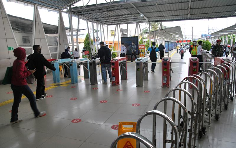Sejumlah calon penumpang KRL Commuter Line memasuki gerbang tiket elektronik di Stasiun Bogor, Jawa Barat, Senin (14/9/2020). ANTARA FOTO - Arif Firmansyah