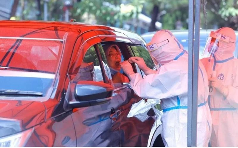Fasilitas tes swab Covid-19 secara drive-thru di Rumah Sakit Pertamin Jaya, Jakarta. - Antara