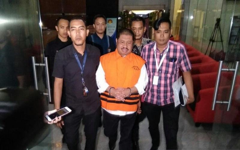 Bupati Bengkalis non aktif Amril Mukminin (tengah) telah ditetapkan sebagai tersangka oleh Komisi Pemberantasan Korupsi (KPK) dalam kasus suap proyek pembangunan jalan di Bengkalis, Riau. - ANTARA