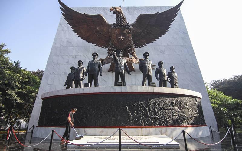 Petugas membersihkan area Monumen Pancasila Sakti di Lubang Buaya, Jakarta Timur, Rabu (30/9/2020). - Antara/Asprilla Dwi Adha