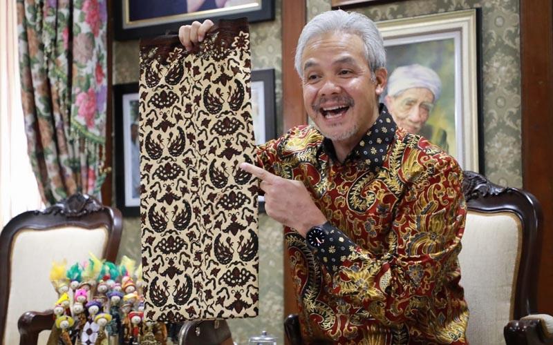 Gubernur Jawa Tengah Ganjar Pranowo memberikan sambutan sekaligus meluncurkan Kenduren UMKM via zoom bersama Komunitas Seniman Muda Batik di Puri Gedeh pada Jumat (2/10 - 2020). Foto: Humas Pemprov Jateng