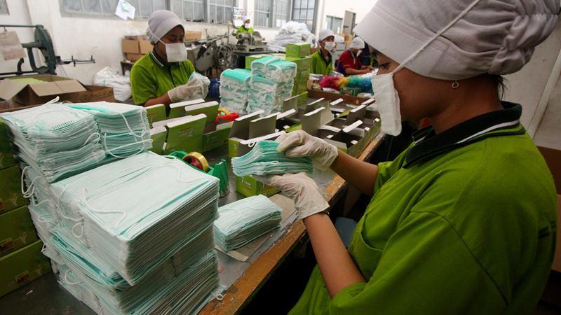 Pekerja mengemas masker di pabrik alat kesehatan PT Kasa Husada Wira Jawa Timur, Surabaya, Jawa Timur, Jumat (31/1/2020). -  ANTARA / Didik Suhartono