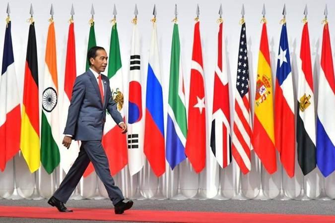 Presiden Joko Widodo berjalan, di sela-sela menghadiri KTT G20, di Osaka, Jepang, Jumat (28/6/2019). - Istimewa