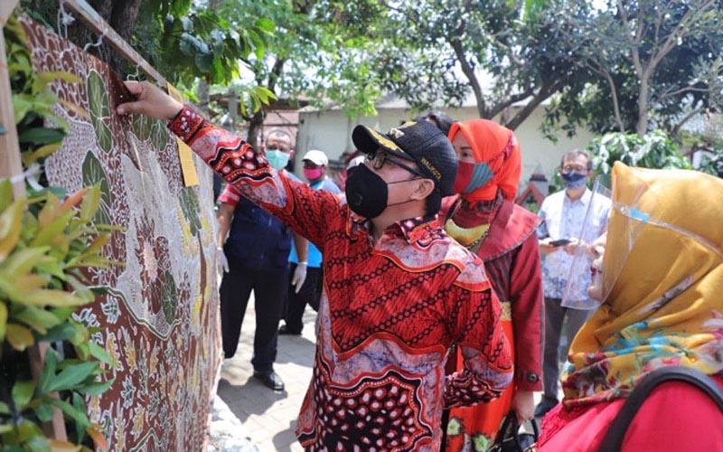 Wali Kota Malang Sutiaji melihat batik khas sukun pada Peringatan Hari Batik Nasional di Taman Makam Londo Kota Malang, Sabtu (3/10/2020). - Istimewa