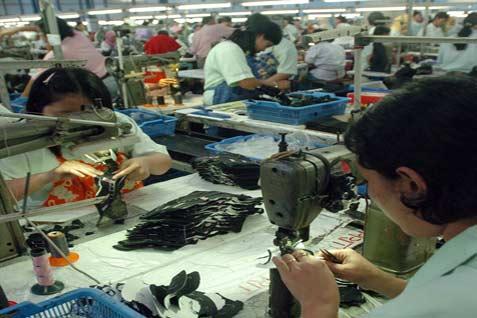 Pekerja pabrik menyelesaikan proses produksi sepatu.  - WD/Bisnis.com