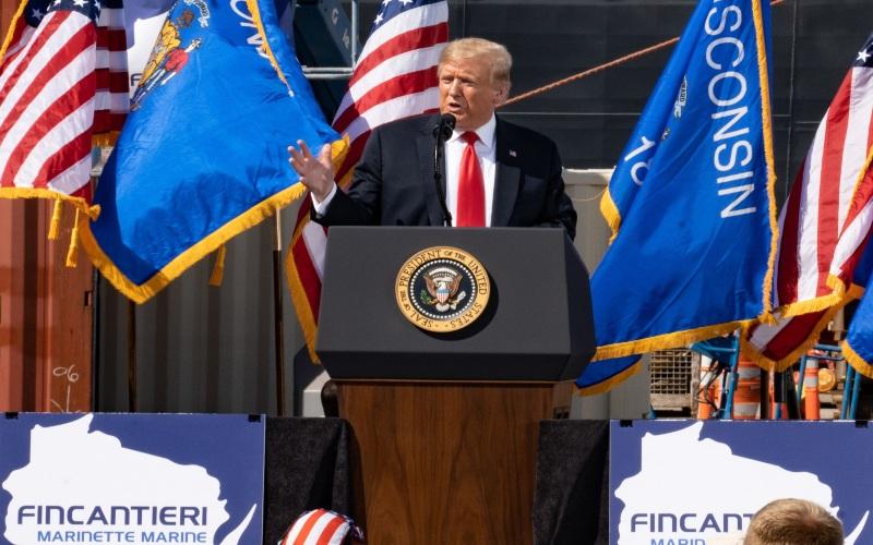 Presiden AS Donald Trump berbicara selama acara di Fincantieri Marinette Marine di Wisconsin, Amerika Serikat pada Kamis (25/6/2020). (Thomas Werner - Bloomberg)\n