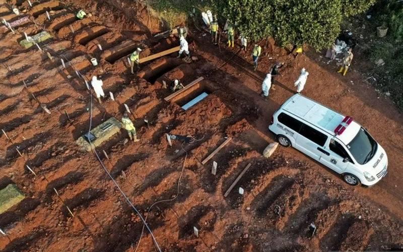 Petugas memakamkan jenazah Covid-19, di TPU Pondok Ranggon, Jakarta, Selasa (8/9/2020). - Antara