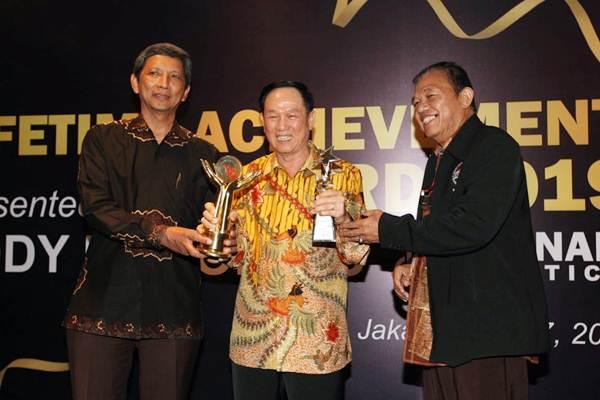 Pendiri Puninar Logistics  Eddy Korompis (tengah) berbincang dengan Ketua Umum Asosiasi Pengusaha Truck Indonesia (Aptrindo)  Gemilang Tarigan (kanan) dan Wakil Ketua Asosiasi Logistik Indonesia Mahendra Rianto, usai menerima penghargaan Lifetime Achievement Award Indonesia, di Jakarta, Kamis (17/1/2019). - Bisnis/Dedi Gunawan
