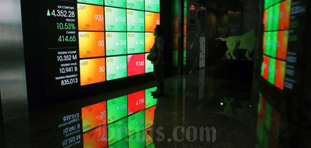 Karyawan di dekat papan elektronik yang menampilkan Indeks Harga Saham Gabungan (IHSG) di gedung Bursa Efek Indonesia di Jakarta, Kamis (26/3/2020). - Bisnis/Dedi Gunawan