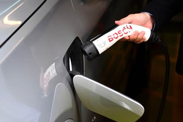 Proses pengisian energi mobil listrik saat peluncuran Green Energy Station (GES) Pertamina di Jakarta, Senin (10/12/2018). - ANTARA/Akbar Nugroho Gumay
