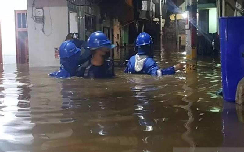 Petugas dari Kelurahan Kampung Melayu meninjau dampak banjir yang melanda RW04 Kebon Pala, Jakarta Timur, akibat luapan Kali Ciliwung, Senin (5/10/2020). - Antara\r\n \r\n\r\n