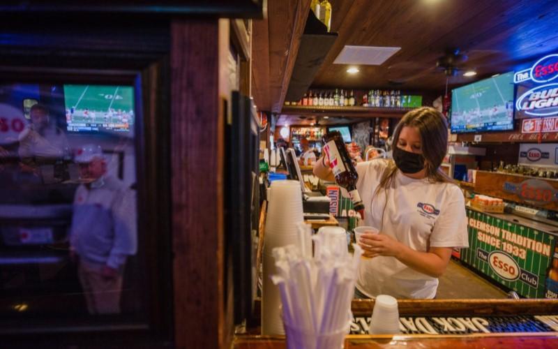 Pelayan di salah satu bar di AS tengah melayani pelanggan. - Bloomberg