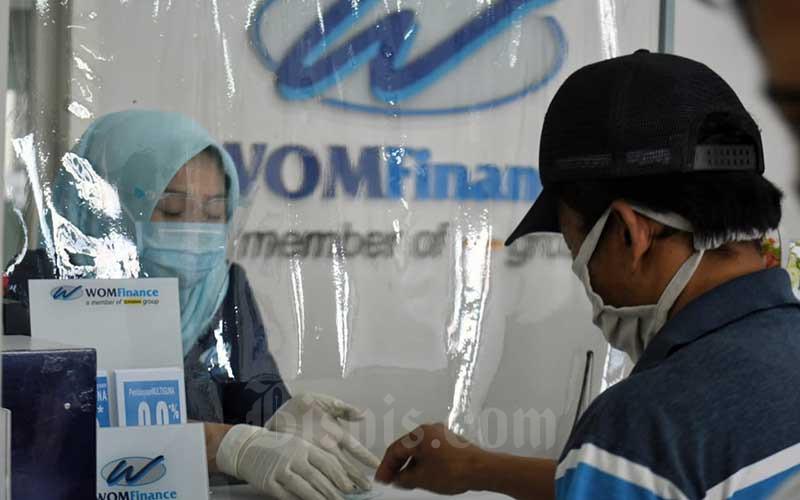 Petugas melayani nasabah di salah satu cabang WOM Finance di Cileungsi, Kabupaten Bogor, Senin (7/9/2020). Bisnis - Abdurachman