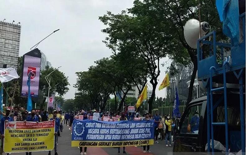 Massa dari berbagai elemen melakukan unjuk rasa di depan Gedung DPR, Senayan, Jakarta, Kamis (16/7/2020). Aksi yang dihadiri oleh buruh dan mahasiswa itu menuntut DPR untuk menghentikan pembahasan Omnibus Law RUU Cipta Kerja. - Antara