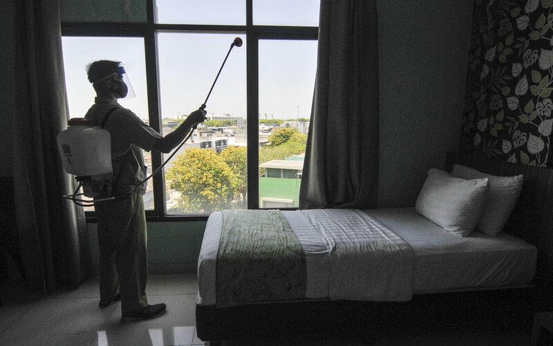Petugas menyemprotkan disinfektan di kamar hotel yang akan dijadikan tempat isolasi pasien Covid-19 di Bekasi, Jawa Barat, Rabu (23/9/2020). Pemerintah Kota Bekasi mengantisipasi lonjakan pasien Covid-19 dengan menyiapkan 90 kamar di salah satu hotel untuk ruang isolasi mandiri. - Antara/Fakhri Hermansyah