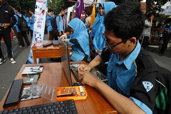 Ilustrasi: Siswa SMK merakit komputer jinjing. - JIBI