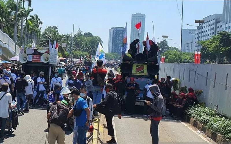Jalur TransJakarta yang masih dikuasai oleh massa buruh di dekat Gedung DPR/DPD/MPR RI, Selasa (25/8/2020). - Antara\n\n