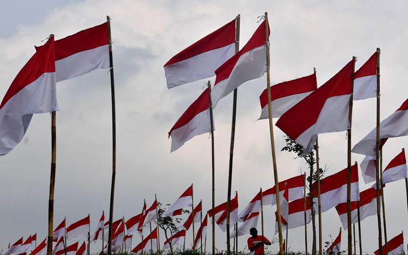 Warga memasang bendera Merah Putih di Poetoek Suko, Trawas, Mojokerto, Jawa Timur, Minggu (16/8/2020). Pemasangan ribuan bendera Merah Putih di tempat wisata tersebut guna memeriahkan HUT Kemerdekaan ke-75 RI. ANTARA FOTO - Zabur Karuru