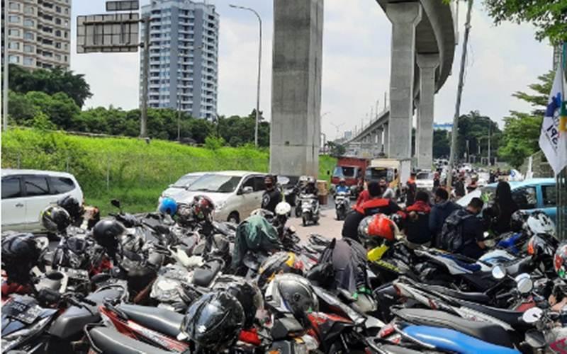 Arus lalu lintas kendaraan di Jalan TB Simatupang arah Lebak Bulus tersendat akibat demo pekerja di depan Metropolitan Tower, Selasa (6/10/2020). - Antara/Laily Rahmawaty