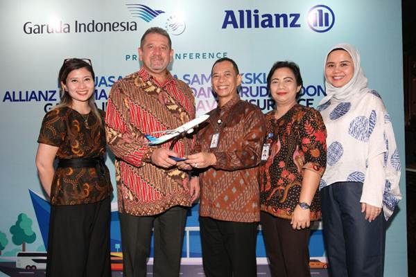 Presdir PT Allianz Utama Indonesia Peter van Zyl (kedua kiri) berfoto bersama Head of PA, Travel and Health  Mariani Solihah ( dari kiri), Direktur Garuda Indonesia Nicodemus P.Lampe, Unit Digital Business Susy Napitupulu, dan VIce President Loyalty &  Ancillary  Revenue Selfie Dewiyanti seusai mengumumkan perluasan kerja sama ekslusif Garuda Indonesia Travel Insurance,  di Jakarta, Rabu (23/5/2018). - JIBI/Dedi Gunawan