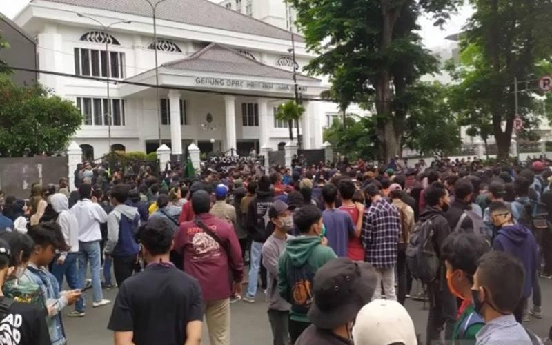 Massa melakukan aksi menolak UU Cipta Kerja di depan Gedung Dewan Perwakilan Rakyat Daerah (DPRD) Jawa Barat, Kota Bandung, Selasa (6-10-2020). - Antara