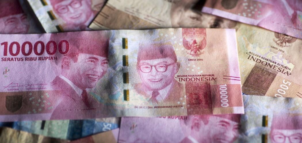 Wajah Bung Karno dan Bung Hatta terpampang dalam uang kertas pecahan Rp100.000. - Bloomberg/Brent Lewin