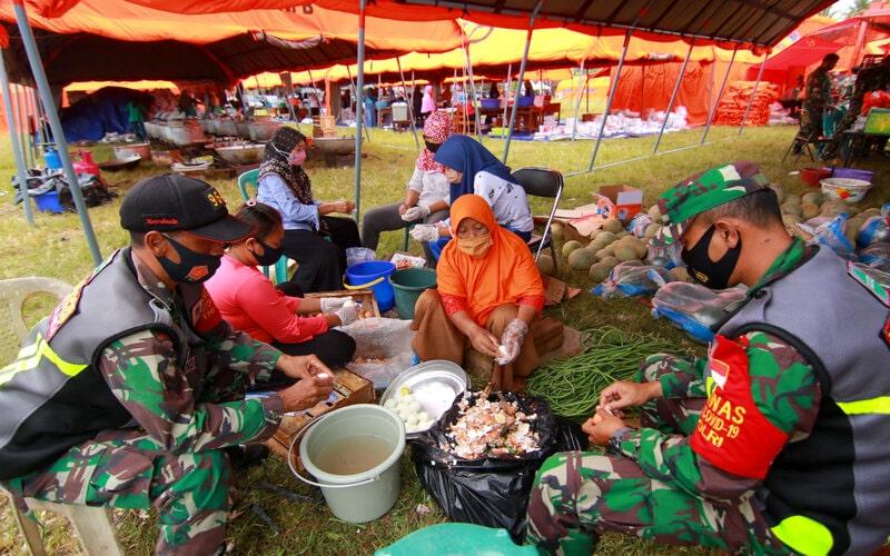 Anggota TNI dan relawan memasak di dapur umum yang didirikan di Blokagung, Banyuwangi, Jawa Timur, Rabu (2/9/2020). Dalam sehari dapur umum itu menyiapkan 18 ribu nasi kotak untuk mensuplai kebutuhan logistik para santri Pondok Pesantren yang sedang menjalani masa karintina massal. - Antara/Budi Candra Setya