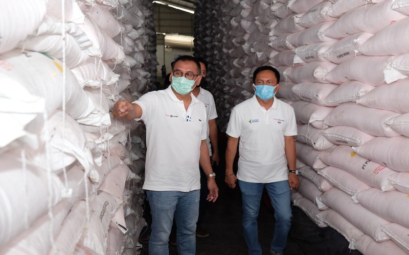 Direktur Utama Pupuk Kaltim Rahmad Pribadi (kiri) saat meninjau gudang milik perseroan. - JIBI/Istimewa