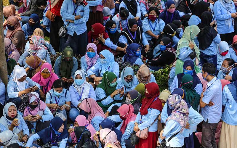 Sejumlah buruh mengikuti aksi mogok kerja di halaman PT Panarub Industry, Kota Tangerang, Banten, Selasa (6/10/2020). Aksi mogok kerja tersebut sebagai bentuk kekecewaan buruh atas pengesahan Undang-Undang Cipta Kerja yang dianggap merugikan kaum buruh. - Antara/Fauzan