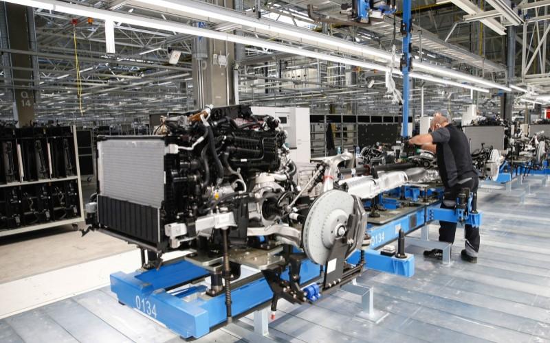 Proses perakitan truk di salah satu pabrik di Jerman. - Bloomberg