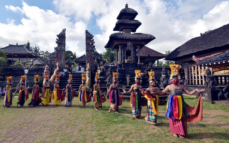Pertunjukan kesenian di Bali mengadopsi protokol kesehatan. - Antara