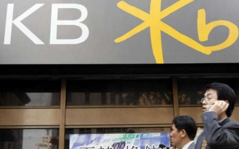 Seorang melintas di kantor KB Kookmin Bank Korea Selatan. Kookmin menjadi pemegang saham di PT Bank Bukopin Tbk. sejak 2018. - asianbankingandfinance.net