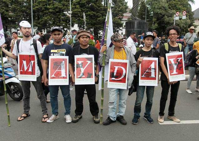 Ilustrasi - Sejumlah Jurnalis yang tergabung dalam Aliansi Jurnalis Independen (AJI) melakukan aksi pada saat peringatan Hari Buruh Internasional (Mayday) di depan Patung Kuda, Jakarta, Rabu (1/5/2019). - ANTARA/Reno Esnir