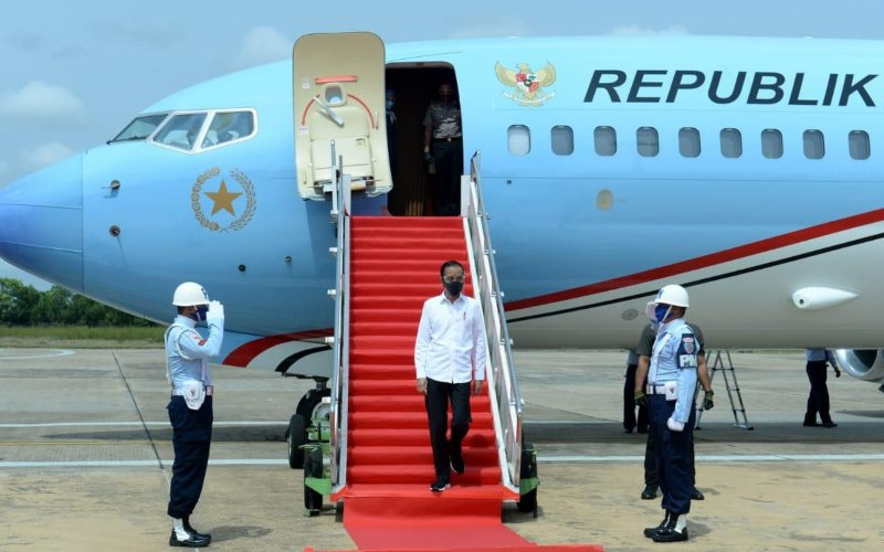 Presiden Joko Widodo tiba di Bandar Udara Tjilik Riwut, Palangkaraya, Kalimantan Tengah, Kamis (8/10 - 2020). Presiden dan rombongan akan meninjau proyek food estate / Biro Pers Sekretariat Presiden / Kris