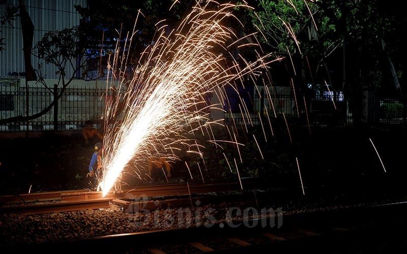 Pekerja menyelesaikan perawatan rutin jalur kereta di Jakarta, Rabu (6/10). Bisnis - Nurul Hidayat