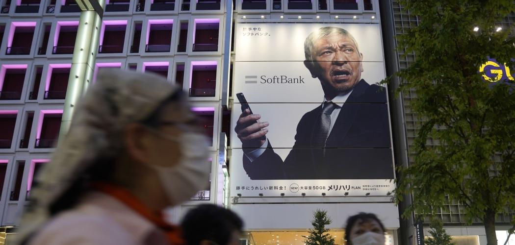 Pejalan kaki melewati gerai SoftBank Corp. di Tokyo, Jepang, Jumat (7/8/2020). - Bloomberg/Toru Hanai