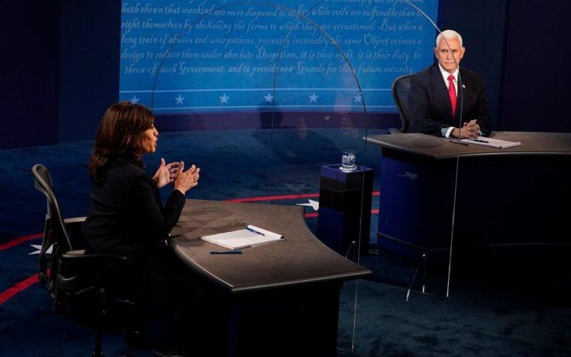 Kamala Harris dan Mike Pence saat debat wakil presiden AS di University of Utah, Rabu (7/10/2020) malam. Fotografer: Morry Gash / AP Photo  -  Bloomberg
