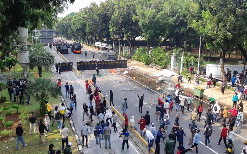 Demo mahasiswa tolak UU Cipta Kerja di dekat Istana, Kamis (8/10/2020) ricuh. JIBI - Bisnis/Rayful Mudasir