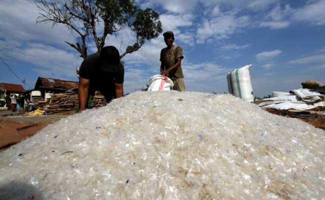 Pekerja mengemas biji plastik usai dijemur di salah satu industri pengolahan limbah plastik di Jakarta. Bisnis - Arief Hermawan P