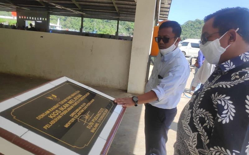 Kepala OJK Malang Sugiarto (kanan) saat meninjau TPI Sendang Biru, Kab. Malang, Rabu (7/10/2020). - Istimewa