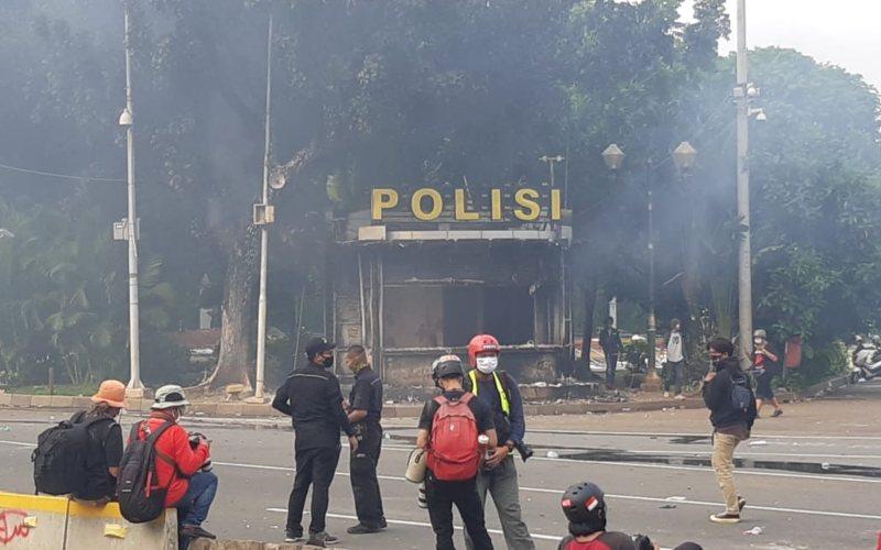 Aksi unjuk rasa menolak pengesahan UU Cipta Kerja di sekitar kawasan Istana Merdeka, Jakarta berakhir ricuh akibat adanya bentrokan antara massa dengan personil TNI-Polri. Massa membakar pos polisi di kawasan Monas dekat Patung Arjuna atau Patung Kuda, Jakarta pada Kamis (8/10/2020) - Bisnis - Rayful Mudassir
