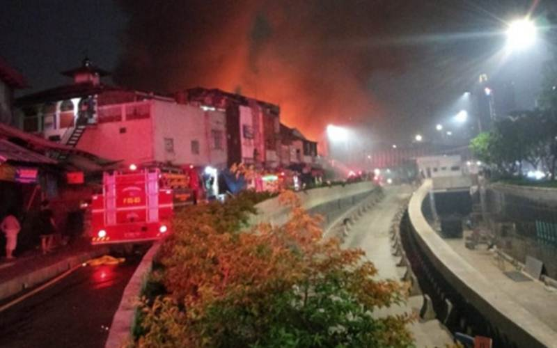 Kebakaran di bangunan bekas bioskop Grand Theater di kawasan Senen, Jakarta Pusat, Kamis (8/10) malam. - Antara/Twitter @humasjakfire