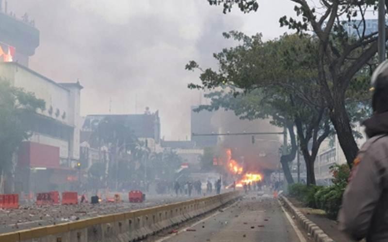 Ilustrasi-Pos Polisi Harmoni, Jakarta, dibakar perusuh, Kamis (8/10/2020). - Antara/Livia Kristianti
