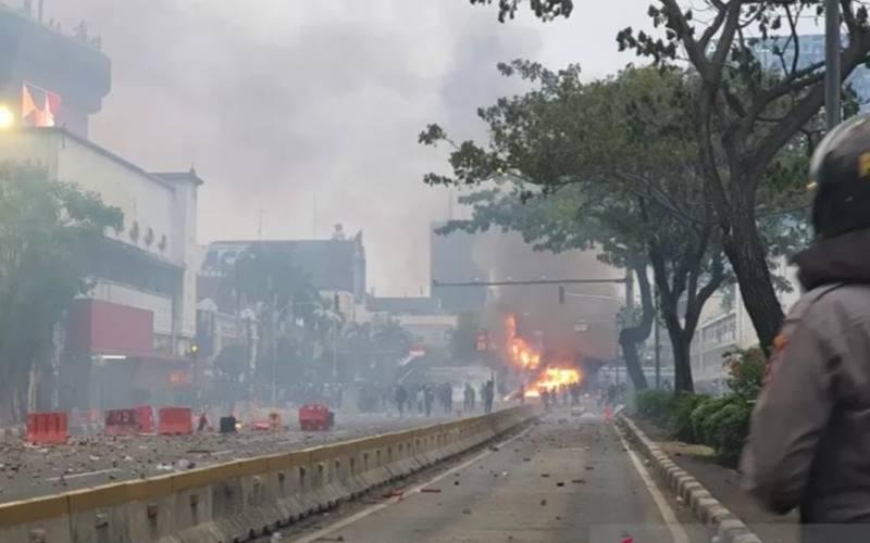 Pos Polisi Harmoni, Jakarta, dibakar perusuh, Kamis (8/10/2020). - Antara