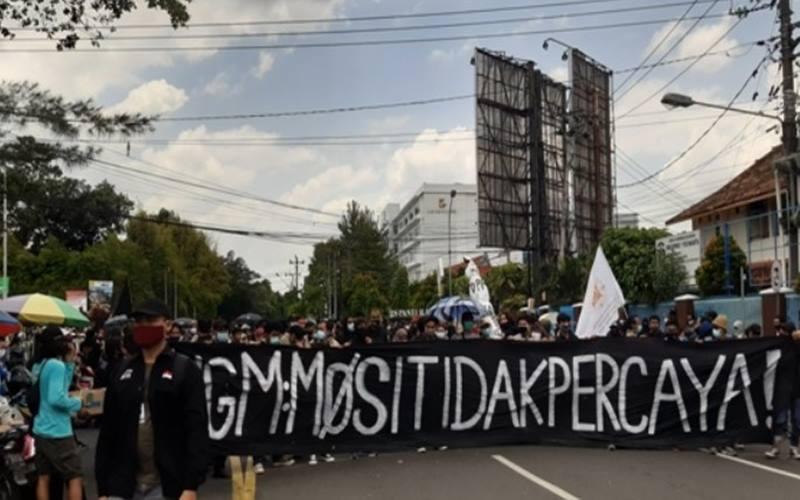 Massa Aliansi Rakyat Bergerak (ARB) menuju gedung DPRD DIY, Kamis (8/10/2020).JIBI - harianjogja/Lugas Subarkah