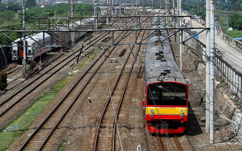 Rangkaian kereta rel listrik (KRL) melintas di kawasan Tanah Abang, Jakarta, Minggu (19/4/2020). - Bisnis/Arief Hermawan P