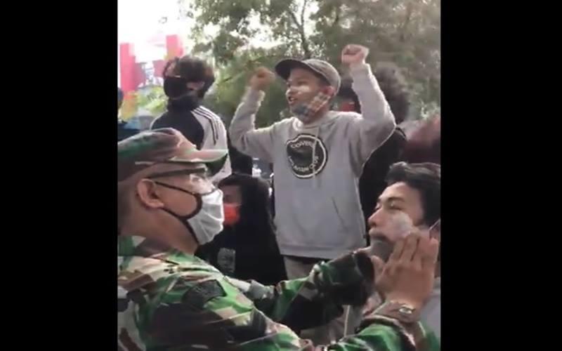 TNI mengoleskan anti-gas air mata kepada demonstran saat unjuk rasa menolak UU Cipta Kerja, Kamis (8/10/2020). JIBI - Bisnis/Nancy Junita @RamliRizal