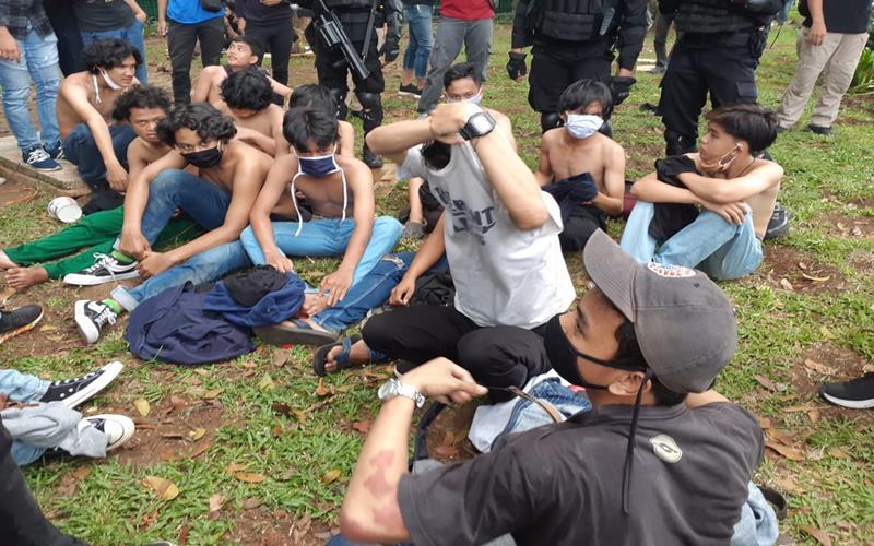 Sejumlah remaja yang terjaring saat menyusup ke rombongan pendemo buruh tolak UU Ciptaker tengah dinterogasi petugas kepolisian, Jakarta, Kamis (8/10/2020). JIBI - Bisnis/Aprianus Doni Tolok