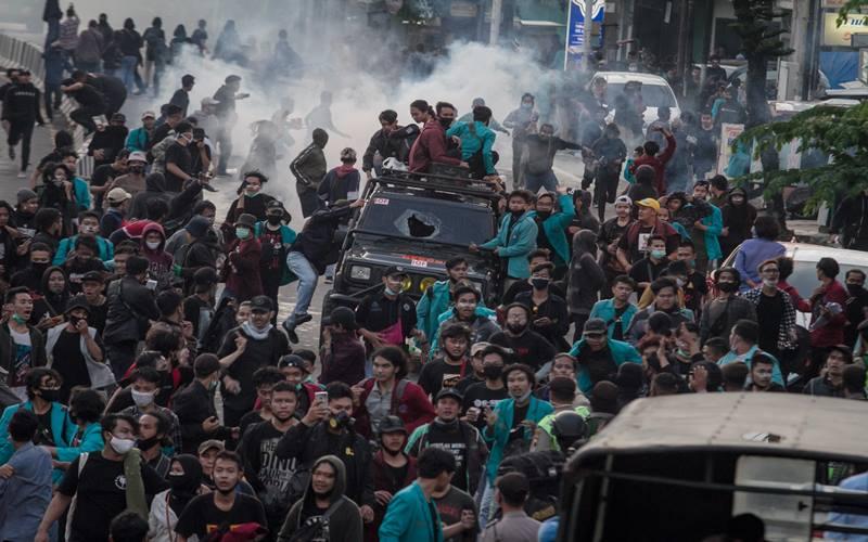 Massa membubarkan diri saat polisi menembakan gas air mata saat unjuk rasa menolak Omnibus Law Undang Undang (UU) Cipta Kerja di Kartasura, Sukoharjo, Jawa Tengah, Kamis (8/10/2020). Aksi unjuk rasa tersebut berakhir ricuh hingga menyebabkan satu truk Satpol PP dibakar massa. ANTARA FOTO - Mohammad Ayudha